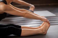 Крупный план женщины yogi в представлении paschimottanasana Стоковая Фотография RF