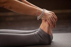 Крупный план женщины yogi в усаженной передней тренировке загиба Стоковые Фотографии RF