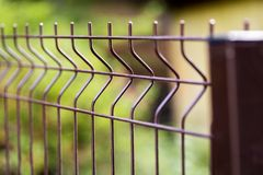 Крупный план загородки ячеистой сети сваренного металла стоковые изображения rf