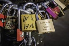 Крупный план замков влюбленности прикрепленных к цепному Парижу, Франции Стоковые Изображения