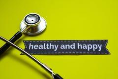 Крупный план здоровый и счастливый с воодушевленностью концепции стетоскопа на желтой предпосылке стоковая фотография