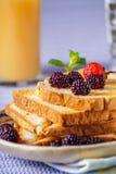 Крупный план здравиц хлеба с свежей ягодой, напитком на backgroun Стоковое Изображение