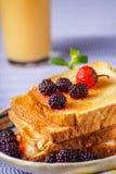 Крупный план здравиц хлеба с свежей ягодой, напитком на backgroun Стоковые Фотографии RF