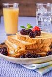Крупный план здравиц хлеба с свежей ягодой, напитком на backgroun Стоковое Фото