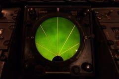 Крупный план зеленого накаляя дисплея датчика радиолокатора воздушных судн Стоковая Фотография