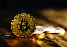 Крупный план золотого bitcoin стоковые изображения