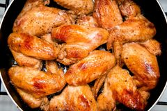Крупный план испеченных крылов цыпленка в лотке выпечки Селективный фокус Стоковое Фото