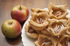 Крупный план испеченных печениь покрытых с сахаром и циннамоном замороженности Стоковое Фото