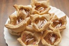 Крупный план испеченных печениь покрытых с сахаром и циннамоном замороженности Стоковая Фотография RF