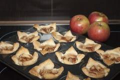 Крупный план испеченных печениь с яблоками красного цвета дерева Стоковая Фотография