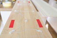 Крупный план используя клей конструкции при работе с деревянной белой покрашенной доской, плотничеством, работой по дереву, профе стоковые фотографии rf