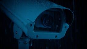 Крупный план камеры CCTV в дожде на ноче видеоматериал