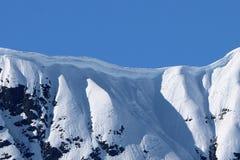 Крупный план карниза на снеге покрыл гребень в Аляске стоковая фотография rf