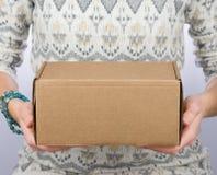 Крупный план картонной коробки в руках женщин Поставка handmade товаров Стоковая Фотография RF