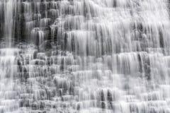 Крупный план каскадируя водопада в малых ярусах с ровным flowin Стоковое Фото