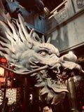 Крупный план китайской головы дракона деревянный высекая стоковые фотографии rf