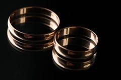 Крупный план 2 классических обручальных колец золота Стоковые Фотографии RF