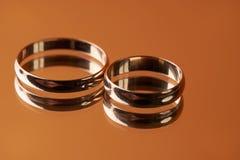 Крупный план 2 классических обручальных колец золота Стоковые Изображения RF