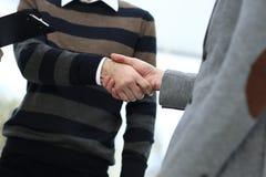 Крупный план коллег рукопожатия дела Стоковая Фотография RF
