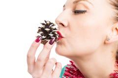 Крупный план конуса сосны рождества женщины целуя Стоковое фото RF