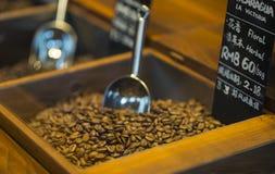 Крупный план кофейных зерен с ветроуловителем в освещении настроения Стоковое фото RF