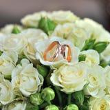 Крупный план красивого букета свадьбы с лентой для конца невесты звенит Белая предпосылка Стоковое Фото