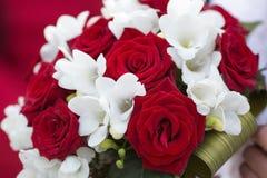 Крупный план красивого bridal букета от белых и красных цветков Стоковое Изображение
