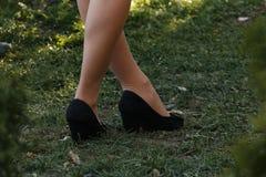 Крупный план красивых ног в ботинках женщины идя в парк Стоковое Изображение RF