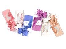 Крупный план краснеет и multicolor задавленные тени для век на белой предпосылке Стоковая Фотография RF