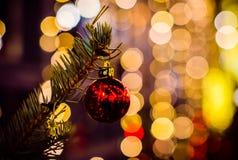 Крупный план красного украшения рождества и Нового Года стеклянного шарика стоковое изображение