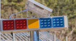 Крупный план красных и голубых предупредительных световых сигналов Стоковые Фотографии RF