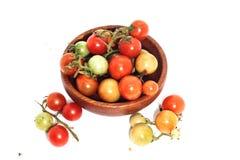 Крупный план красных и зеленых тайских томатов на деревянном backgr белизны чашки Стоковые Фото