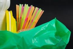 Крупный план красочного отхода пластмассы в зеленой сумке отброса стоковая фотография rf