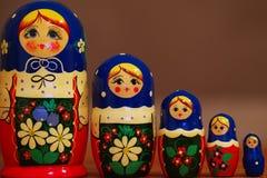 Крупный план красочных русских matryoshkas против blured коричневой предпосылки стоковые изображения