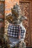 Крупный план левого предохранителя на Kori Agung на виске Batuan, Ubud, Бали Индонезии стоковые фотографии rf