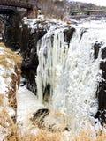 Крупный план ледистого, Snowy, который замерли водопад на падениях Paterson, Нью-Джерси Стоковые Изображения RF