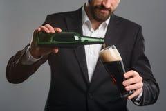 Крупный план лить пива стоковые изображения