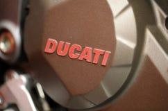 Крупный план логотипа Ducati на мотоцикле Ducati показанном на ВЫСТАВКЕ MOTO в Cracow Польше Стоковые Фото
