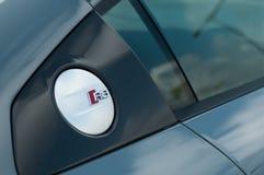 Крупный план логотипа R8 на двери танка на сером Audi R8 припаркованной в улице стоковое изображение rf
