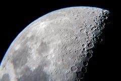 Крупный план луны с кратерами от телескопа Стоковые Изображения RF