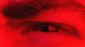 Крупный план макроса на выражении лица человека сердитом при его глаз жмурясь видеоматериал
