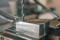 Крупный план металла сверля заклепка орудийного металла аппликатора заклепывает мастерскую стоковые фотографии rf