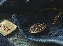 Крупный план молнии кнопки голубых джинсов Стоковые Фотографии RF