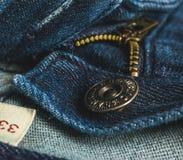 Крупный план молнии кнопки голубых джинсов Стоковые Фото