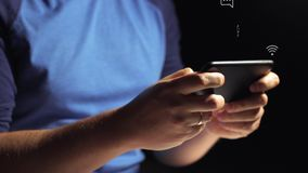 Крупный план молодого человека вручает печатая sms перечисляя телефон изображений акции видеоматериалы