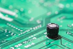Крупный план монтажной платы радиотехнической схемы с конденсатором Стоковая Фотография