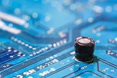 Крупный план монтажной платы радиотехнической схемы с конденсатором Стоковое Фото
