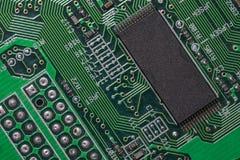 Крупный план монтажной платы радиотехнической схемы с процессором Стоковое Изображение