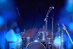 Крупный план музыкального барабанчика установил на этап с красивым bokeh Стоковое фото RF
