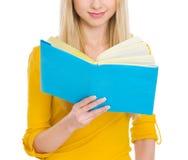Крупный план на книге чтения девушки студента Стоковые Фото